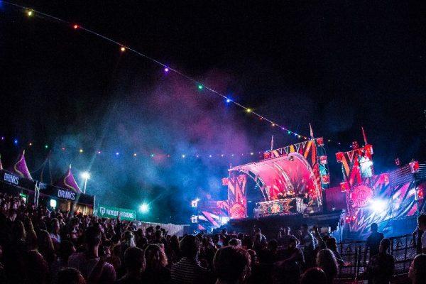 Deze lichtsnoer vrolijkt de ruimte op met verschillende kleuren LED licht en zorgt binnen no-time voor een festival look.