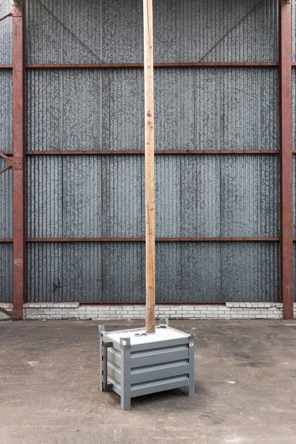 Vlaggenmast met betonblok