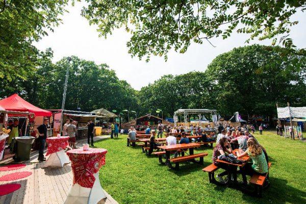 Robuuste biertafel met vaste bankjes. Deze picknick tafels zijn ideaal voor een festival.