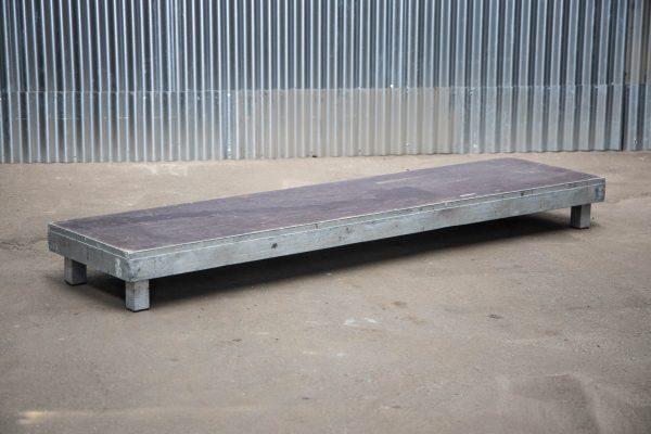 Podiumdelen: podiumelement 50x200cm met poten van 20cm hoog