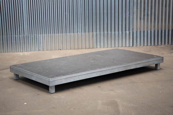 Podiumdelen: podiumelement 100x200cm met poten van 20cm hoog
