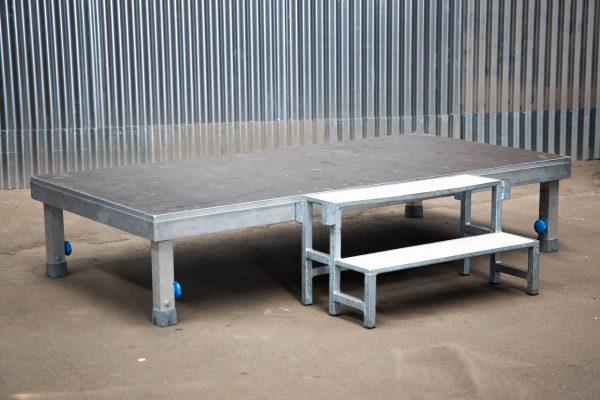 Podiumdelen: podiumelement 100x200cm met verstelbare poten van 40-65cm hoog en podiumtrap