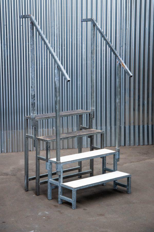 Podiumdelen: podiumtrap van 80cm hoog met trapleuning